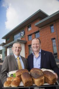 Dr Rhys Davies, Cadeirydd Eisteddfod Llangollen gyda Robin Jones, Rheolwr Gyfarwyddwr y Village Bakery.